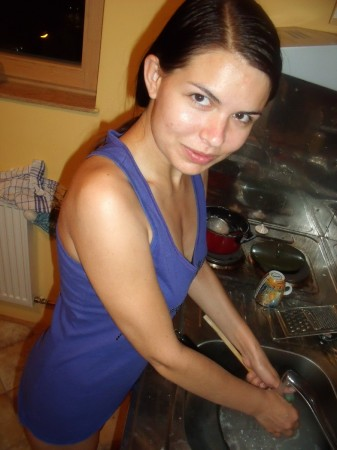 Zuzinka washing dishes with no panties on, picture 1 :-)